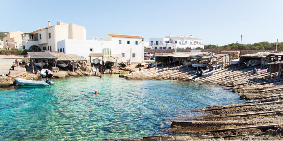 Sa Unió de Formentera se compromete con los vecinos de Es Caló y su entorno a regular el fondeo y a mejorar la limpieza en la zona